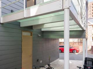 藤沢・本鵠沼 20坪台形変形狭小敷地に建つコンパクト狭小住宅: ミナトデザイン1級建築士事務所が手掛けたテラス・ベランダです。,モダン