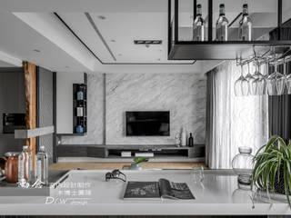 花藝師閒情居,開展暢意退休人生 --- 敬業雲起 现代客厅設計點子、靈感 & 圖片 根據 木博士團隊/動念室內設計制作 現代風