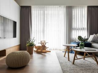 Salas / recibidores de estilo  por 引裏設計, Escandinavo