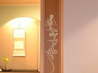 玄関と客間は品格のある格天井 四世代が同居する和風二世帯住宅: 株式会社菅野企画設計が手掛けた壁です。,