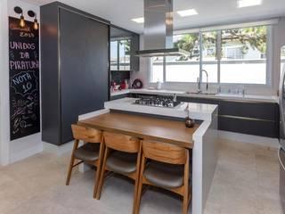 現代廚房設計點子、靈感&圖片 根據 Lucia Helena Bellini arquitetura e interiores 現代風