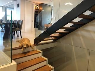 樓梯 by Lucia Helena Bellini arquitetura e interiores, 現代風