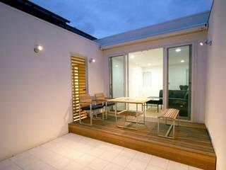 SO建築設計 住宅作品 オープンコートのあるガレージハウス モダンデザインの テラス の SO建築設計 モダン