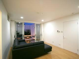 SO建築設計 住宅作品 オープンコートのあるガレージハウス モダンデザインの リビング の SO建築設計 モダン