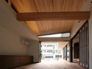 SO建築設計 住宅作品 風景が透過する和モダンの家 和風デザインの リビング の SO建築設計 和風