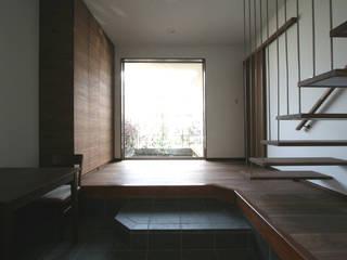 SO建築設計 住宅作品 風景が透過する和モダンの家 和風の 玄関&廊下&階段 の SO建築設計 和風