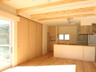 SO建築設計 3世帯住宅作品 囲んで繋がる心地いい住まい モダンデザインの リビング の SO建築設計 モダン