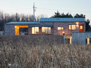 (주)건축사사무소 더함 / ThEPLus Architects Casas de estilo rural