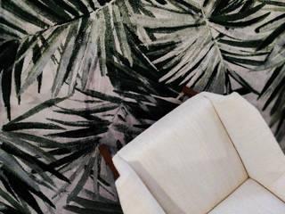 Tapete Floral em Sala de Estar:  tropical por Luxos Urbanos,Tropical