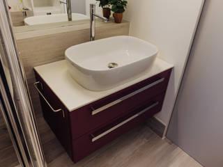 Donnine al bagno Bagno moderno di LAURA MOSCHINI Moderno