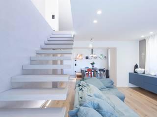 Living room by Abitacolo Interni