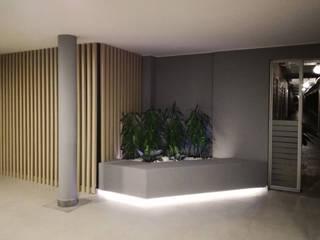 LOBBBY ALTOS DE LA 15: Jardines de piedra de estilo  por EMME ARQUITECTURA S.A.S.