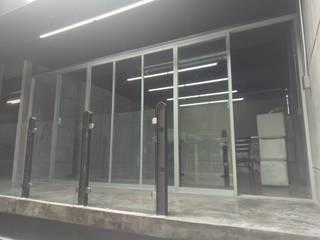 Oficinas corporativas Estudios y despachos modernos de Creativo 84 Moderno
