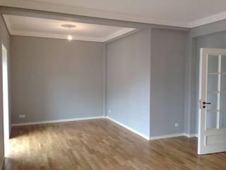 Reabilitação de Duplex junto à Universidade de Aveiro: Salas de estar  por JARROD - Engenharia e Obra, Lda.,Moderno