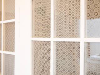 Musselingläser in Altbauwohnung Wohnzimmer im Landhausstil von Glasdekore Teufel Landhaus