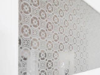 Musselingläser in Altbauwohnung Schlafzimmer im Landhausstil von Glasdekore Teufel Landhaus