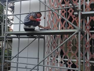Reabilitação de fachadas em moradia em Ílhavo por JARROD - Engenharia e Obra, Lda. Moderno
