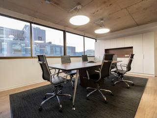 Oficinas Corporativas Vai Groundwater Solutions Salas multimedia de estilo moderno de SUMATORIA Moderno