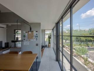 駐車場のある住宅 モダンスタイルの 玄関&廊下&階段 の CO2WORKS モダン