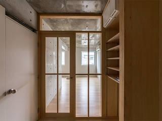 白壁の集合住宅 モダンスタイルの 玄関&廊下&階段 の CO2WORKS モダン