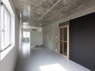 白壁の集合住宅 モダンデザインの リビング の CO2WORKS モダン