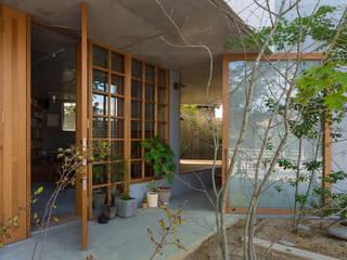 器屋さんのある住宅 モダンスタイルの 玄関&廊下&階段 の CO2WORKS モダン