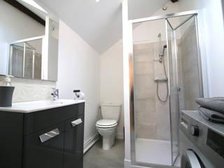 Rénovation d'un studio meublé. Ingrid Martin Décoration Salle de bain moderne