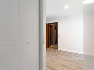 Apartamento Portela I Corredores, halls e escadas modernos por Archimais Moderno