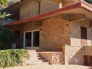 Villa sul poggio: Casa unifamiliare in stile  di Sabina Casol - Architetto, Rustico