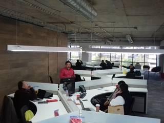 Ortiz Construcciones y Remodelacion Integral Ruang Studi/Kantor Gaya Industrial Chipboard Multicolored