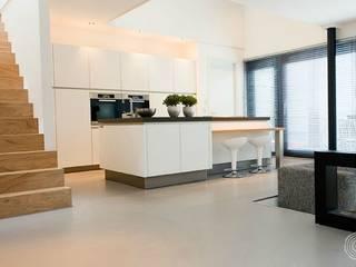 A polished concrete floor for a modern family home Cocinas de estilo moderno de Senso Moderno