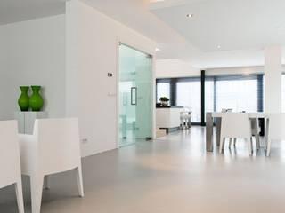 A polished concrete floor for a modern family home Salas de estilo moderno de Senso Moderno