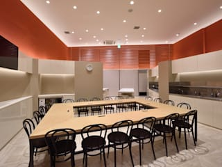 KITZ.CO.LTD Minimalist commercial spaces Aluminium/Zinc Orange