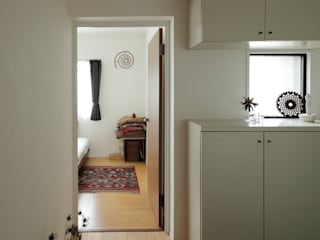 Scandinavian style corridor, hallway& stairs by 藤森大作建築設計事務所 Scandinavian