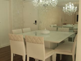 Sala e terraço: Salas de jantar  por Mari Milani Arquitetura & Interiores,Clássico