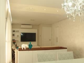 Sala e terraço: Salas de estar  por Mari Milani Arquitetura & Interiores,Clássico