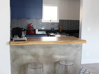 Reforma apartamento antigo Paraíso: Armários e bancadas de cozinha  por Mari Milani Arquitetura & Interiores,Moderno