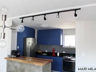 Reforma apartamento antigo Paraíso: Cozinhas  por Mari Milani Arquitetura & Interiores,Moderno