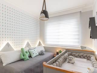 Dormitório bebê menino: Quartos de bebê  por Mari Milani Arquitetura & Interiores,Moderno