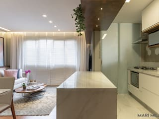 Sala e cozinha integradas: Armários e bancadas de cozinha  por Mari Milani Arquitetura & Interiores,Moderno