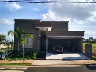 RESIDÊNCIA EM CONDOMÍNIO FECHADO: Casas familiares  por Carlos Morandini,Clássico