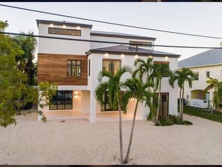 PISCINA, DECK, PLACAS DE CONCRETO E GRAMA ARTIFICIAL Paredes e pisos tropicais por Casa Construções e Reformas Tropical