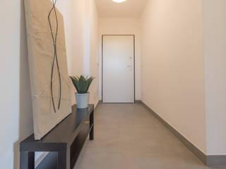 HOME STAGING in appartamento di nuova costruzione Mirna Casadei Home Staging Ingresso, Corridoio & Scale in stile moderno