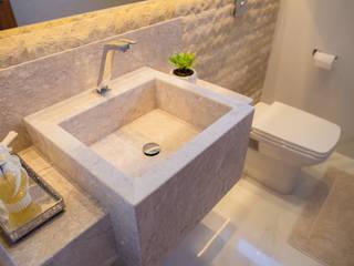 Lavabo com Pedra Rústica Natural e cuba esculpida em pedra por Celis Bender Arquitetura e Interiores Rústico
