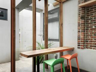 Balcones y terrazas minimalistas de 木耳生活藝術 Minimalista Madera maciza Multicolor