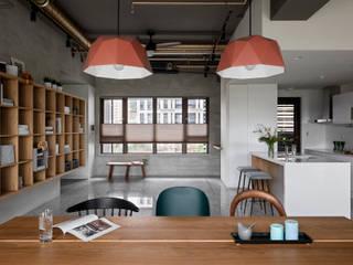 粗礦與細膩之間的完美交會   設計師精心採選的 Vali 無紡蜂巢簾 空間構成:HOYA design 禾揚設計 MSBT 幔室布緹 Study/office Solid Wood Grey