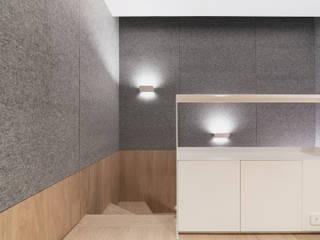 VM's RESIDENCE Minimalist corridor, hallway & stairs by arctitudesign Minimalist