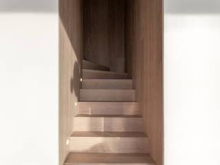 arctitudesign Pasillos, vestíbulos y escaleras de estilo minimalista