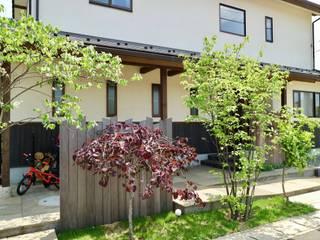 樹々に囲まれる事が至福になる和洋折衷の里山スタイル: 株式会社Garden TIMEが手掛けた木造住宅です。,