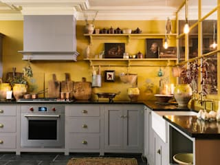 The Bond Street Shaker Showroom by deVOL deVOL Kitchens 地中海デザインの キッチン 無垢材 灰色